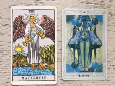 XIV De Matigheid uit het Waite Tarot deck en VII Evenwicht uit het Toth Tarot Deck