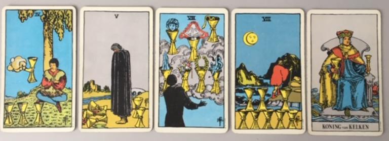 Vier van Kelken, Vijf van Kelken, Zeven van Kelken, Acht van Kelken en de Koning van Kelken uit het Waite Smith Tarot deck
